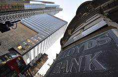 Lloyds Banking Group a inscrit une nouvelle provision de 500 millions de livres (693 millions d'euros) liée au dédommagement des clients auxquels avaient été vendues des polices d'assurance dans des conditions litigieuses, portant la charge totale à 13,9 milliards de livres, soit plus du double de ce que n'importe quelle autre banque a imputé à ce titre. /Photo prise le 16 décembre 2014/REUTERS/Toby Melville