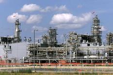 Перерабатывающий комплекс на месторождении Карачаганак на северо-западе Казахстана. 1 августа 2003 года. Казахстан обдумывает возможность наложения штрафа в размере $2 миллиардов на газовый проект, возглавляемый  BG Group Plc и Eni SpA, в связи с невыполнением нескольких договорных обязательств, сообщило агентство Bloomberg. Reuters/Shamil Zhumatov
