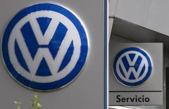 Логотипы Volkswagen в дилерском центре в Мадриде. 20 октября 2015 года. Автомобильный концерн Volkswagen получил операционный убыток по итогам третьего квартала впервые за последние 15 лет из-за скандала с занижением показателей уровня вредных выхлопов в атмосферу. REUTERS/Sergio Perez /Files