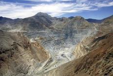 Vista aérea de la mina Los Pelambres, en el pueblo de Caimanes, al norte de Santiago, Chile, 27 de enero de 2007. La minera chilena Antofagasta Plc recortó el miércoles su pronóstico de producción de cobre para el 2015 por tercera vez este año, al tiempo que reportó una producción estable en el tercer trimestre respecto al trimestre anterior. REUTERS/Victor Ruiz Caballero