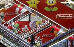 Nintendo a annoncé mercredi un bénéfice d'exploitation inférieur aux attentes au deuxième trimestre mais a par ailleurs réalisé son premier résultat d'exploitation semestriel positif en cinq ans. Le groupe japonais a également maintenu ses objectifs annuels, à l'appui de solides ventes de sa console 2DS et de sa future entrée sur le segment des jeux pour smartphones. /Photo prise le 7 mai 2015/REUTERS/Toru Hanai