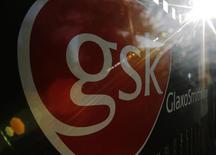 El logo de GlaxoSmithKline en su edificio en Londres, 18 de junio de 2013.  GlaxoSmithKline reportó resultados trimestrales mejores a lo esperado, ante la fuerte demanda de medicamentos contra el VIH y vacunas antigripales, que contrarrestó una continua caída en las ventas de fármacos respiratorios, lo que hizo que sus acciones suban un 4 por ciento. REUTERS/Luke MacGregor