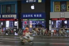 El logo de Apple en unas tiendas en Shenzhen, 21 de septiembre de 2015. Apple Inc reportó fuertes ventas de unidades de su teléfono iPhone en China, lo que sugiere que las preocupaciones sobre la trayectoria de crecimiento de la compañía en la segunda mayor economía del mundo son exageradas. REUTERS/Staff