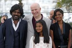 """(e/d) o ator Jesuthasan Antonythasan, o diretor Jacques Audiard e as atrizes Claudine Vinasithamby e Kalieaswari Srinivasan em sessão de foto do filme """"Dheepan"""" no Festival de Cannes, na França, em maio. 21/05/2015 REUTERS/Benoit Tessier"""