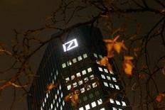 Deutsche Bank a annoncé la suppression pendant deux années du versement du dividende aux porteurs d'actions ordinaires -- en 2015 et en 2016 -- une mesure prise dans le cadre du plan stratégique pour les cinq prochaines de la première banque allemande./Photo prise le 28 octobre 2015/REUTERS/Kai Pfaffenbach