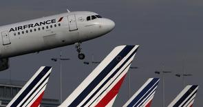 Air France-KLM a fait état jeudi d'une nette amélioration de ses résultats au troisième trimestre, tout en soulignant que l'embellie de l'été ne changeait rien à l'impérieuse nécessité de réduire ses coûts. /Photo prise le 27 octobre 2015/   REUTERS/Christian Hartmann
