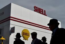 Royal Dutch Shell a fait état jeudi d'un bénéfice du troisième trimestre en chute marquée et inférieur aux attentes en raison de la faiblesse des cours du pétrole et a annoncé une lourde charge liée à l'abandon de projets en Alaska et au Canada. /Photo prie le 11 septembre 2015/REUTERS/Toby Melville
