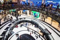 Personas caminan a través del Mall de Berlín durante su apertura en Berlín, 24 de septiembre de 2014. El índice de precios al consumidor de Alemania registró un aumento en octubre en la medición interanual, después de haber caído por debajo de cero el mes pasado, aunque las presiones inflacionarias en la mayor economía de Europa siguen estando muy débiles, mostraron el jueves datos oficiales. REUTERS/Thomas Peter