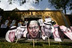 Foto do blogueiro saudita Raif Badawi  (centro) entre fotos de outros presos na Arábia Saudita durante protesto realizado em frente à embaixada saudita na Cidade do México. REUTERS/Edgard Garrido
