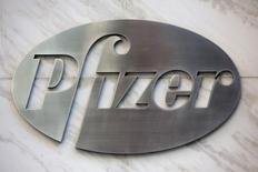 El logo de Pfizer en su sede en Nueva York, abr 28, 2014. El fabricante de botox Allergan y Pfizer confirmaron el jueves que están en conversaciones preliminares para una posible fusión, una unión que crearía al mayor fabricante de medicamentos del mundo.    REUTERS/Andrew Kelly