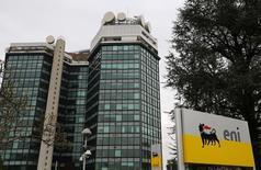 El logo de la petrolera Eni en su sede cerca de Milan, 5 de febrero de 2013. El sector petrolero está afrontando cada vez resultados más  negativos tras haber reportado sólidas utilidades durante años, ante el creciente impacto del desplome de los precios del crudo y el sombrío panorama para la industria. REUTERS/Stefano Rellandini