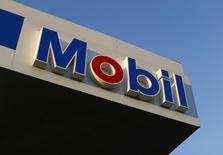 Una gasolinera de Exxon Mobil, vista en Encinitas, California, 28 de octubre de 2014. Exxon Mobil Corp dijo el viernes que su ganancia del tercer trimestre cayó un 47 por ciento debido a que los bajos precios del crudo afectaron las utilidades de la mayor compañía petrolera que cotiza en bolsa del mundo. REUTERS/Mike Blake
