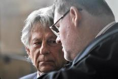El cineasta Roman Polanski (izquierda) escucha a su abogado durante una audiencia de la corte en Krakov, Polonia, 22 de septiembre de 2015. Una corte polaca dijo el viernes que rechazó un pedido de Estados Unidos para extraditar al cineasta Roman Polanski por una condena de abuso de una menor en 1977. REUTERS/Lukasz Krajewski/Agencja Gazeta/Files