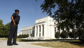 Un agente vigila los alrededores de la Reserva Federal de Estados Unidos, en Washington, el 16 de septeimbre de 2015. Las seis semanas que faltan para que la Reserva Federal probablemente suba la tasa de interés traerán varios riesgos que los funcionarios deben considerar, mientras se preparan para elevar el costo del crédito desde mínimos históricos en momentos de una débil inflación y un posible flujo de nueva liquidez. REUTERS/Kevin Lamarque