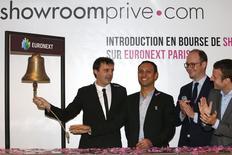 Les co-fondateurs de Showroomprive.com Thierry Petit (à gauche) et David Dayan (2e à gauche) aux côtés du ministre de l'Economie Emmanuel Macron (à droite),  et d'Anthony Attia, PDG d'Euronext Paris. Les débuts en Bourse du spécialiste du déstockage d'articles de mode en ligne étaient difficiles, l'action se négociant vendredi midi très nettement en dessous de son cours d'introduction déjà fixé dans le bas d'une fourchette elle-même resserrée. /Photo prise le 30 octobre 2015/REUTERS/Benoît Tessier