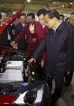 El primer ministro chino Li Keqiang en un visita a una fábrica de componentes de autos eléctricos en Anhui Jianghuai Automobile Co. Ltd (JAC Motors), en Hefei, China, 31 oct, 2015. El potencial de la demanda interna de China es tan grande como siempre ha sido, pese a la desaceleración del crecimiento del país y a un complejo proceso de transformación económica, dijo el primer ministro Li Keqiang, según un comunicado publicado el sábado en el sitio web del ministerio de Relaciones Exteriores. REUTERS/China Daily/     USO FUERA DE CHINA. NO PARA VENTAS COMERCIALES NI EDITORIALES EN CHINA