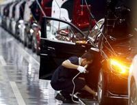Un empleado trabaja en una línea de producción de Mercedes-Benz en Pekín. 31 de agosto de 2015. La actividad del sector de manufacturas de China se contrajo inesperadamente en octubre, por tercer mes consecutivo, según un sondeo oficial publicado el domingo, que avivó el temor a que la economía se esté enfriando aún más en el cuarto trimestre pese a una serie de medidas de estímulo. REUTERS/Kim Kyung-Hoon