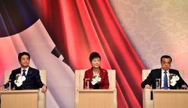 La presidenta surcoreana, Park Geun-hye (en el centro), el primer ministro japonés, Shinzo Abe (izquierda), y el primer ministro chino, Li Keqiang (derecha) asisten a una cumbre de negocios en Seúl el 1 de noviembre de 2015. REUTERS/Jung Yeon-je. Los líderes de China, Japón y Corea del Sur se comprometieron el domingo a trabajar hacia una mayor integración económica en su primera reunión conjunta en más de tres años, en momentos en que trabajan para aliviar las tensiones derivadas del pasado bélico de Japón.