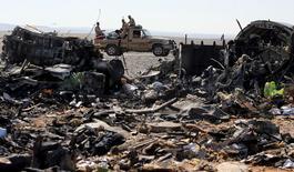 Обломки российского авиалайнера близ города Эль-Ариш в Египте 1 ноября 2015 года. Российская авиакомпания, чей аэробус в субботу упал в Египте, унеся жизни всех на борту, исключила неисправность или ошибку пилотов, тогда как Каир усомнился, что самолет подвергся удару извне, как утверждают исламисты. REUTERS/Mohamed Abd El Ghany