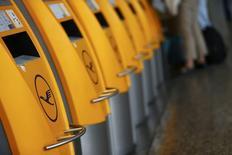 Le principal syndicat du personnel navigant de Lufthansa a dit qu'il appellerait à faire grève du 6 au 13 novembre en l'absence d'un accord avec la direction de la compagnie aérienne allemande. Le syndicat Ufo, qui représente 19.000 salariés, donne à Lufthansa jusqu'à jeudi, 16h00 GMT, pour améliorer ses propositions sur les salaires, les retraites et les conditions de travail. /Photo prise le 8 septembre 2015/REUTERS/Kai Pfaffenbach