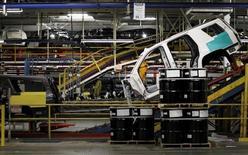 Una camioneta se mueve a través de la línea de ensamblaje de la planta de General Motors, en Arlington, Texas, 9 de junio de 2015. El ritmo del crecimiento del sector manufacturero de Estados Unidos se desaceleró en octubre, continuando al nivel más bajo desde mayo de 2013, de acuerdo con un reporte sectorial divulgado el lunes. REUTERS/Mike Stone