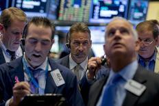 Operadores trabajando en la bolsa de Wall Street en Nueva York, nov 2, 2015. Las acciones de la Bolsa de Nueva York subían el lunes, luego de que los datos fabriles en varios países clave apuntaron a que la actividad se está ralentizando pero también estabilizando a nivel mundial, y mientras que los papeles de salud avanzaron a su máximo nivel en una semana.  REUTERS/Brendan McDermid