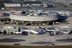 """Aéroports de Paris affiche un chiffre d'affaires consolidé en hausse de 5,3% pour les neuf premiers mois de 2015, avec une progression de 8,2% sur le seul troisième trimestre """"grâce à un été record"""" pour le trafic passagers des aéroports parisiens. /Photo d'archives//REUTERS/ADP/Véronique Paul"""