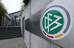 Штаб-квартира DFB во Франкфурте-на-Майне. 3 ноября 2015 года. Полиция провела во вторник обыски в центральном офисе Немецкого футбольного союза (DFB) во Франкфурте-на-Майне, а также в домах футбольных функционеров из-за подозрений в уклонении от уплаты налогов в связи с получением права проведения чемпионата мира 2006 года, сообщила прокуратура. REUTERS/Ralph Orlowski