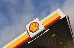 El logo de Shell en una de sus gasolineras en Londres, 29 de enero de 2015. Royal Dutch Shell intentó el martes calmar los temores de los inversores sobre su planeada compra de BG Group por 70.000 millones de dólares, anunciando planes de más beneficios y recortes de costos que tienen como fin hacer que el acuerdo resulte efectivo con precios del petróleo cerca de 65 dólares por barril. REUTERS/Toby Melville