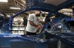 Usine Ford à Flat Rock dans le Michigan. Le secteur automobile s'apprête à annoncer mardi une nouvelle progression vigoureuse de ses ventes en octobre aux Etats-Unis, malgré les inquiétudes relatives à un tassement de la consommation des ménages et à la stagnation des salaires. /Photo prise le 20 août 2015/REUTERS/Rebecca Cook