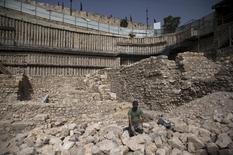 Después de un siglo de búsqueda, arqueólogos dijeron que hallaron los restos de un antiguo fuerte griego que otrora fue un centro de poder en Jerusalén y un bastión usado para resistir una rebelión judía celebrada en el Libro de los Macabeos. En la imagen, los restos de la fortaleza griega hallados en Jerusalén. 3 noviembre 2015. REUTERS/Ronen Zvulun