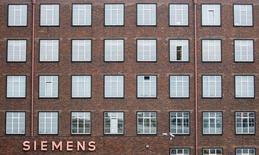 Atos a annoncé mardi que Siemens, son premier actionnaire, s'était engagé à conserver ses titres pour cinq ans et lui avait vendu son activité de plates-formes de communication et de collaboration Unify pour 340 millions d'euros. /Photo d'archives/REUTERS/Hannibal