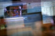 Un operador monitorea el precio de las acciones, en una correduría en Mumbai, 22 de agosto de 2013. Las bolsas de Asia subían el miércoles después de un cierre positivo en Wall Street, lideradas por repuntes de las acciones japonesas y chinas, mientras que el apetito de los inversores por los activos de riesgo hacía avanzar a la moneda estadounidense. REUTERS/Danish Siddiqui/Files