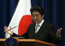 Le Premier ministre japonais, Shinzo Abe, a demandé mercredi à ses ministres de lui présenter d'ici la fin du mois un plan d'action afin d'atteindre son objectif d'augmenter le PIB de 20% en cinq ans, à 600.000 milliards de yens (4.530 milliards d'euros). /Photo prise le 7 octobre 2015/REUTERS/Yuya Shino
