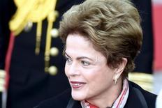 La presidenta de Brasil, Dilma Rousseff, llegando al Palacio Presidencial en Helsinki, Finlandia, 20 de octubre de 2015. El gobierno brasileño necesita reformas estructurales que aumenten la edad de jubilación y valoricen las pensiones según los precios al consumidor para asegurar un crecimiento económico sostenible, dijo el miércoles la Organización para la Cooperación y el Desarrollo Económico (OCDE). REUTERS/Jussi Nukari/Lehtikuva