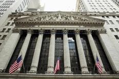 La Bourse de New York a ouvert en légère hausse mercredi après l'annonce d'une évolution plus positive que prévu des créations de postes dans le secteur privé aux Etats-Unis, à deux jours de la publication du rapport sur l'emploi aux Etats-Unis. L'indice Dow Jones gagne 0,17% dans les premiers échanges, le Standard & Poor's 500, plus large, progresse de 0,20% et le Nasdaq Composite prend 0,30%. /Photo prise le 1er septembre 2015/REUTERS/Lucas Jackson