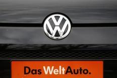 Les autorités allemandes ont durci le ton vis-à-vis de Volkswagen mercredi, exigeant du groupe automobile des explications. Le premier constructeur d'Europe a reconnu mardi qu'il avait sous-estimé les émissions de dioxyde de carbone (CO2) de certains modèles vendus en Europe, et donc leur consommation de carburant. L'erreur est susceptible de concerner jusqu'à 800.000 véhicules. /Photo prise le 4 novembre 2015/REUTERS/Wolfgang Rattay