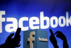 Un representación tridimensional del logo de Facebook realizada en Zenica, mayo 13, 2015. Facebook Inc reportó un aumento de un 40,5 por ciento en sus ingresos trimestrales, un resultado mejor a lo esperado, impulsado por el lanzamiento de nuevos servicios de publicidad y actualizaciones de su aplicación para móviles, que generó más ventas de avisos.  REUTERS/Dado Ruvic