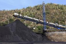 Imagen de archivo del puerto carbonífero de Santa Marta, Colombia, ago 28, 2013. El valor de las exportaciones de Colombia se desplomó un 43,4 por ciento interanual en septiembre a 2.867 millones de dólares, como consecuencia de la caída de los precios del petróleo y el carbón, sus dos principales generadores de divisas, informó el miércoles el Gobierno.      REUTERS/Juliana Alvarez