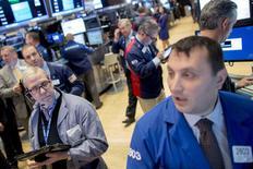 Operadores trabajando en la bolsa de Wall Street en Nueva York, nov 4, 2015. Las acciones cerraron en baja el miércoles en la bolsa de Nueva York, retrocediendo desde avances recientes impulsados por el sector energético, mientras que los comentarios de la presidenta de la Reserva Federal apuntando a una probable alza de tasas de interés en diciembre sumó cautela a los inversores.  REUTERS/Brendan McDermid