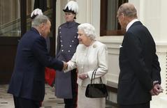 Королева Великобритании Елизавета и принц Филипп приветствуют президента Казахстана Нурсултана Назарбаева в Букингемском дворце в Лондоне. 4 ноября 2015 года. Парламент Казахстана в четверг принял законопроект, воспринятый ООН как ущемление прав неправительственных организаций. REUTERS/Chris Jackson/pool