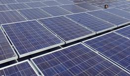 Солнечные панели на крыше штаб-квартиры Google в Маунтин-Вью, Калифорния, 18 июня 2007 года. Объем производства энергии из возобновляемых источников в восьми крупных экономиках мира должен увеличиться более чем в два раза к 2030 году благодаря изменению политики в вопросах климата и энергетики, говорится в исследовании World Resources Institute (WRI). REUTERS/Kimberly White