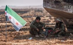 Боевики группировки, входящей в Свободную сирийскую армию, в окрестностях сирийского города Тель-Абьяд. 15 июня 2015 года. Представители четырех групп, входящих в Свободную сирийскую армию (ССА), опровергли сообщение СМИ о том, что делегаты ССА встретятся с представителями российских Минобороны и МИД в Абу-Даби на следующей неделе. REUTERS/Rodi Said