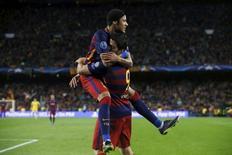 Suárez e Neymar comemoram gol do Barcelona contra o Bate Borisov no Camp Nou. 04/11/2015 REUTERS/Albert Gea