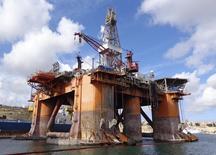 Нефтегазовая платформа компании Transocean Ltd в Валлетте. 22 октября 2015 года. Цены на нефть растут после значительного спада в среду, вызванного сообщением об увеличении запасов нефти в США. REUTERS/Balazs Koranyi