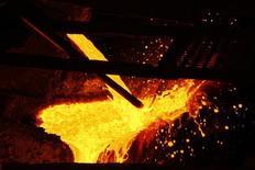 Cobre derretido es vertido en la planta de procesamiento de KGHM, en Glogow, 10 de mayo de 2013. Los precios del cobre se hundieron el jueves a su menor nivel en un mes, sumándose a la serie de metales básicos que también retrocedían ante la perspectiva de un alza de tasas de interés de la Reserva Federal estadounidense el mes próximo, un evento que apuntalará más al dólar. REUTERS/Peter Andrews