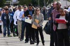Personas buscando empleo esperan en una fila en una feria de trabajos en Uniondale, Nueva York, 7 de octubre de 2014. Las nuevas solicitudes del seguro de desempleo en Estados Unidos registraron la semana pasada su mayor aumento en ocho meses, pero siguieron en niveles consistentes con un mercado laboral relativamente saludable. REUTERS/Shannon Stapleton