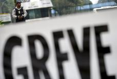Faixa com anúncio de greve em frente à Refinaria Duque de Caxias, da Petrobras, perto do Rio de Janeiro. 03/11/2015 REUTERS/Ricardo Moraes