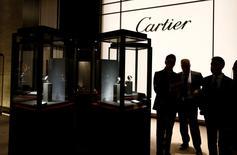 Стенд Cartier на часовой выставке SIHH в Женеве. 19 января 2015 года. Производитель товаров роскоши Richemont ожидает трудностей во второй половине 2015/2016 финансового года, получив не оправдавшую прогнозы аналитиков чистую прибыль в первом полугодии. REUTERS/Denis Balibouse