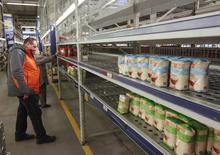 Люди в магазине в Киеве 27 февраля 2015 года. Темпы инфляции на Украине замедлились в октябре 2015 года до 46,4 процента в годовом выражении с 51,9 процента в сентябре, сообщила Государственная служба статистики. REUTERS/Valentyn Ogirenko